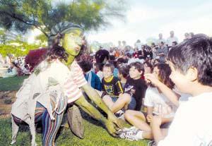 Uno de los genios mágicos, rodeado de niños durante la actuación de la compañía Fábrica de Sueños. (Foto: G. G. Lama).
