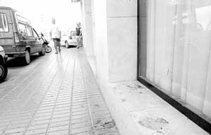 En la mañana de ayer aún podían apreciarse las manchas de sangre en la calle Canarias. (Foto: VICENÇ FENOLLOSA).