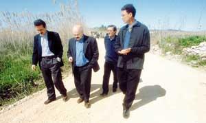 El alcalde, Enric Fajarnés, y el conseller Josep Juan Cardona visitaron la zona y comprobaron el estado del camino. Foto: GERMÁN G. LAMA.