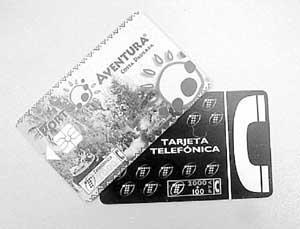 Tarjetas telefónicas como la primera fueron sustraídas tras reventar la caja fuerte de la nave. Foto: VICENÇ FENOLLOSA.