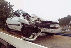 El Clio implicado resultó muy dañado.