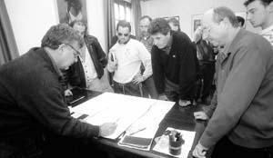 El alcalde de Sant Antoni, Antoni Marí Tur, expuso ayer a los responsables deportivos del municipio los detalles del futuro complejo de Can Coix.