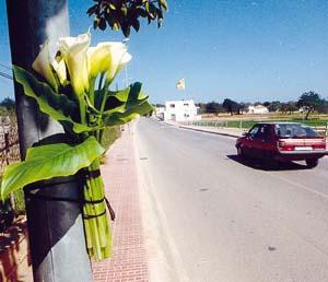 Un ramo de flores recuerda a la víctima en el lugar del accidente.