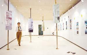 Aspecto de la exposición en Can Llaneres de los edificios y viviendas que optan a los «Premis d'Arquitectura».