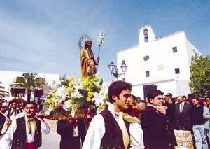 La imagen del santo, en el momento de salir de la parroquia.