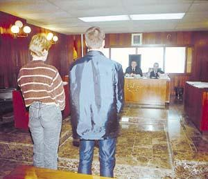 El detenido, junto a la intérprete, ante el tribunal.