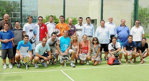 Los profesionales Carolina Navarro, Pablo Lima y Sebastián Nerone, junto a los finalistas de las cuatro categorías en las que se dividió el torneo.