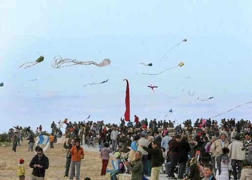 Imagen de archivo de una de las ediciones del festival 'Posa un estel al cel' en la que hubo mayor número de participantes en Ses Variades.