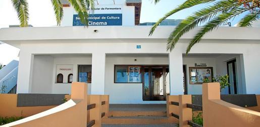 Vista exterior de la Sala de Cultura Municipal de Formentera, conocida popularmente por la mayoría de los habitantes de la isla como el cine.