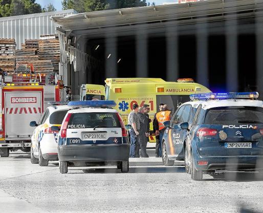 Exterior de la empresa de materiales de construcción de Vila donde se produjo ayer el accidente laboral .
