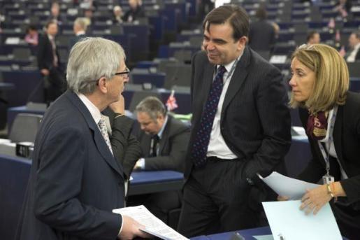 Clara Martínez Alberola junto a Jean-Claude Juncker, presidente de la Comisión Europea, y Margaritis Schinas, portavoz de la Comisión Europea | European Commission Audiovisual Services