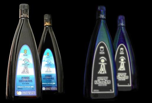 Las dos botellas nuevas de Hierbas Familia Marí Mayans con su etiqueta luminosa.