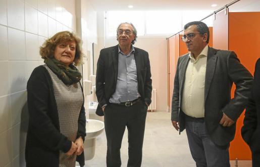 La directora del centro, el conseller d'Educació y el director de Planificació en los baños reformados de Puig d´en Valls.