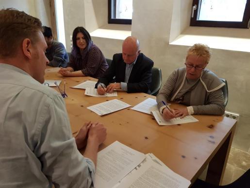 Firma del convenio entre el Ayuntamiento de Sant Antoni y la Fundació Gossos.