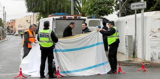 Agentes de la Policía Local de Santa Eulària en el cruce de Jesús donde el miércoles falleció un vecino de nacionalidad italiana.