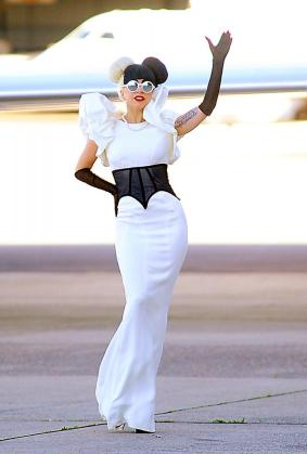 La cantante estadounidense Lady Gaga saluda a su llegada en un jet privado al aeropuerto de Sídney (Australia) el sábado 9 de julio de 2011.