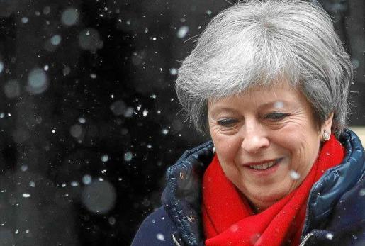 La primera ministra británica, Theresa May, sale de su domicilio, en el número 10 de Downing Street.
