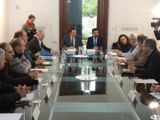 Imegen de la reunión presidida por el conseller de Territorio, Energía y Movilidad de Baleares, Marc Pons, y el viceconseller de Infraestructuras y Transportes de Canarias, Onán Cruz.