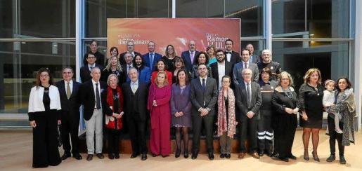 Foto de familia de todos los premiados ayer en el acto institucional que abre las celebraciones del Dia de Balears.