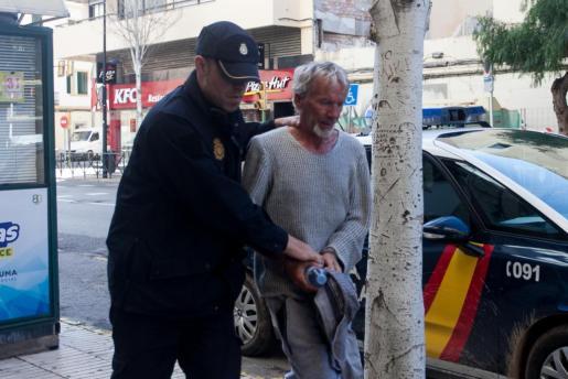 El detenido llegaba esta mañana al juzgado de Ibiza para prestar declaración.