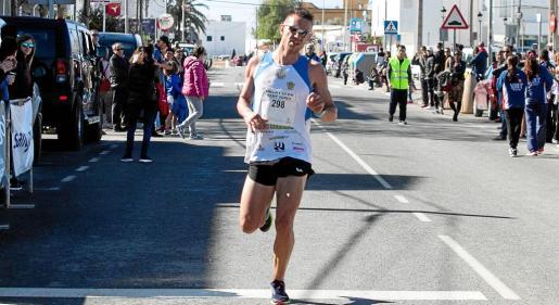 Adrián Guirado se impuso con una gran autoridad en la línea de meta de los 10 kilómetros de Sant Jordi.