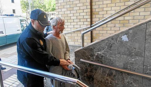 El detenido no ocultó su rostro ayer a su llegada a los juzgados de Ibiza.