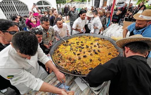 Tras la degustación gastronómica se sirvio una paella popular preparada para 400 comensales.