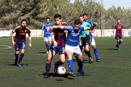 El capitán, Iván Morales, protege el esférico ante la presión del rival.