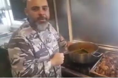 Uno de los cocineros preparando el menú.