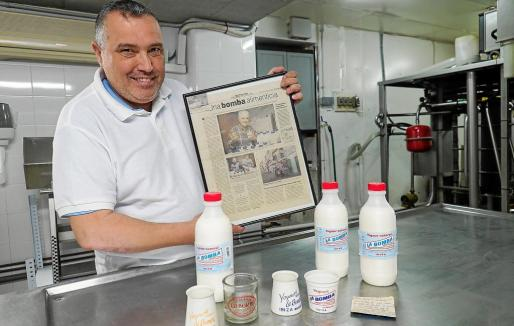 Joaquín Manuel Senén confiesa que en la familia solo comen yogur La Bomba. Él y sus tres hermanos han nacido sabiendo hacer este producto lácteo irreconocible en la sociedad ibicenca. Cien por cien natural y sin conservantes, el punto de acidez que coge a medida que pasan los días es lo que define a este yogur que se vende en botellas de un litro en los supermercados de las Pitiusas.