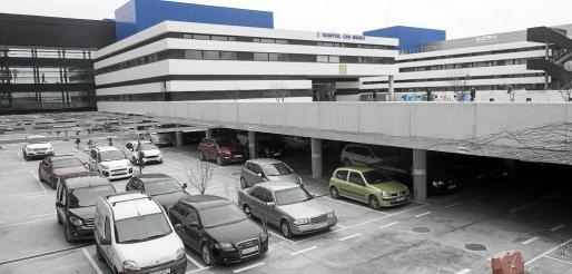 Vista general de la entrada del hospital de Can Misses y el aparcamiento gestionado por la empresa británica CP Plus.
