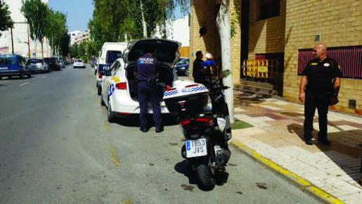 Agentes de la Policía Local de Vila frente a los juzgados de Ibiza.