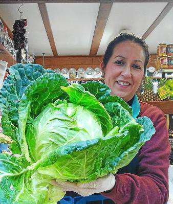 Miriam, de Verduras Jiménez, nos muestra un estupendo ejemplar de col verde.