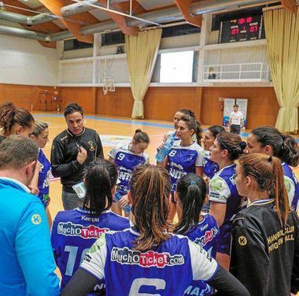 Noel Cardona da instrucciones a sus jugadoras durante un tiempo muerto del partido de Copa de la Reina contra el Bera Bera.