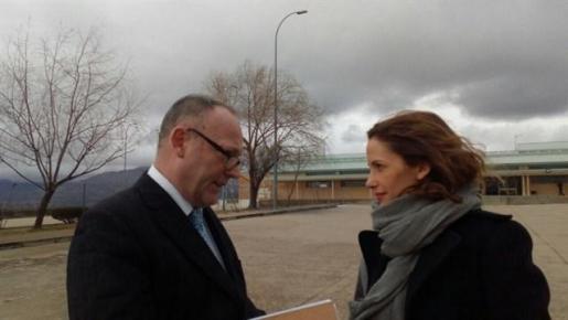Ben Emmerson y Rachel Lyndon antes de entrar en la prisión de Soto del Real.