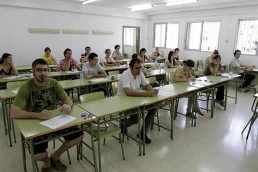 Imagen de archivo de la realización de pruebas en unas oposiciones docentes en Balears.