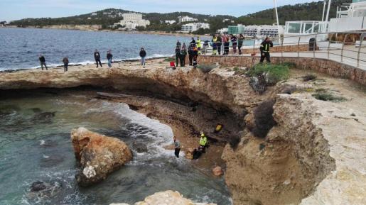Al rescate acudieron Policía Local de Sant Antoni, 061, Bomberos, Protección Civil, Guardia Civil y Salvamento Marítimo.