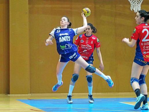 Patricia Cañavera se dispone a efectuar un lanzamiento a portería ante la defensa de dos jugadoras del Porriño.