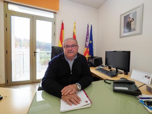 El alcalde Antoni Marí 'Carraca', en la mesa de su despacho en la segunda planta del Ayuntamiento de Sant Joan.