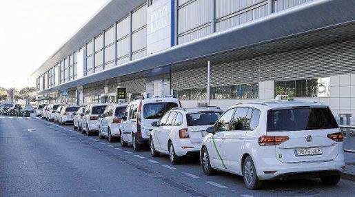 Imagen de archivo de taxis en el aeropuerto de Ibiza.