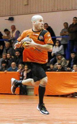 Santi Maíllo ejecuta una acción de ataque en el partido que enfrentó al HC Eivissa contra el Almoradí.