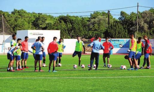 Momento de la charla del SD Formentera durante el último entrenamiento antes de recibir al Villarreal B.