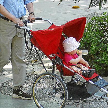 Imagen de archivo de un hombre paseando a un bebé.