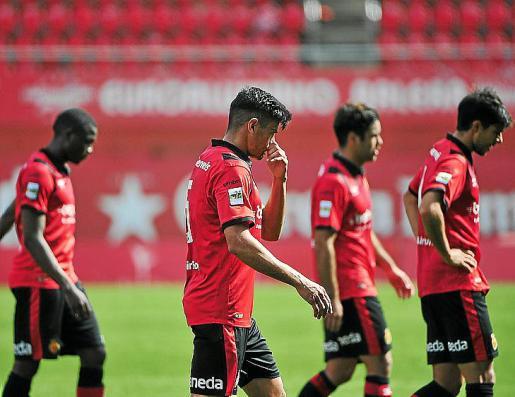 Xisco Campos, en primer plano, abandona el terreno de juego.
