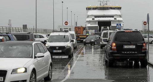 Imagen de vehículos en el puerto de la Savina, en Formentera.