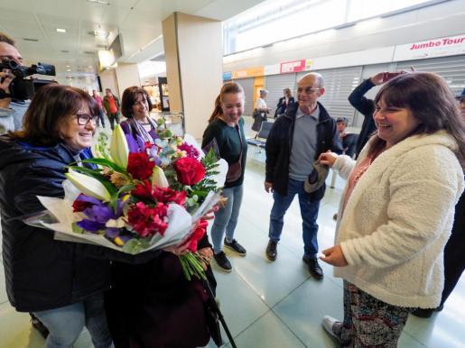 Momento en que la americana Debbie Torres se encuentra con sus familiares ibicencos.
