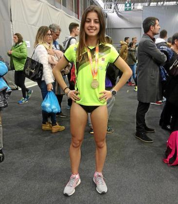 Andrea Romero posa con su medalla de oro al término de la competición.
