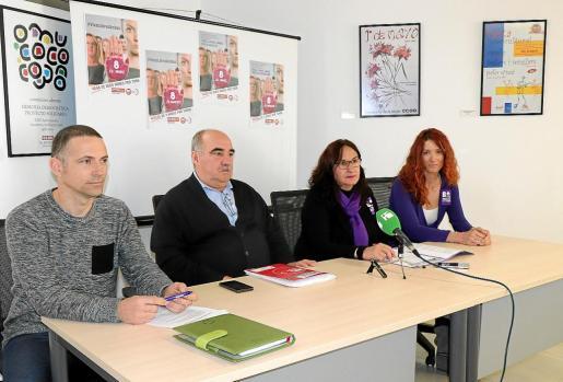 Pablo Herraez y Fernando Fernández de UGT, y Consuelo López y Gina Zamora de CCOO en la sede sindical, ayer, en rueda de prensa.