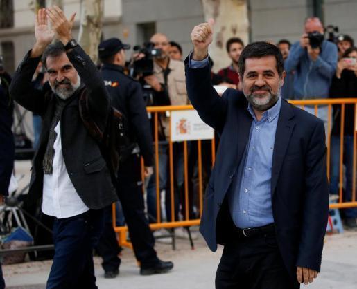 Jordi Sanchez (d) y Jordi Cuixart a su llegada a los juzgados antres de ser encarcelados por los disturbios relacionados con el referéndum en Cataluña.