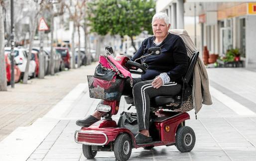 Eva Denis tiene problemas de movilidad y tiene que hacer uso de una silla eléctrica.